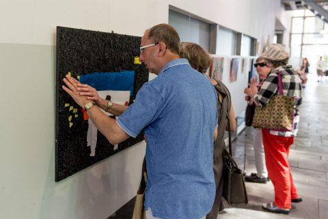 Blinde bezoekers Taktila symposium voelen Taktila schilderij van Corrie Balemans