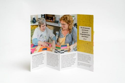 Opengevouwen Taktila kleurenkaart, achteraanzicht Nederlands.