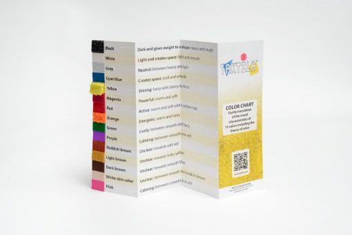 Kleurenkaart Taktila, opengevouwen vooraanzicht Engels.