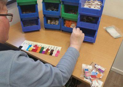 Dagbesteding atelier Kempenhaeghe. Bezig met het verwerken van de Taktila™ stickers
